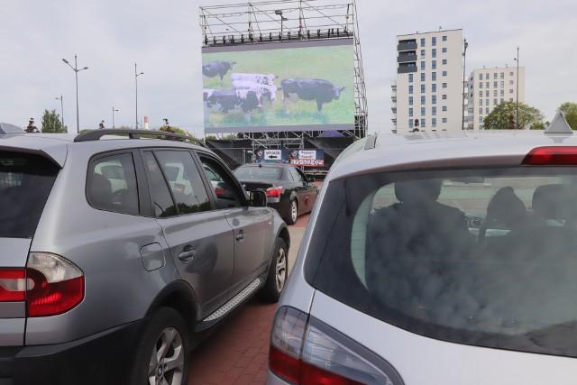 Na parkingu przy stadionie Widzewa w piątek rozpoczęło działalność pierwsze kino samochodowe w Łodzi. Dwie projekcje spotkały się ze sporym zainteresowaniem.  REPERTUAR I CENY na następnej stronie