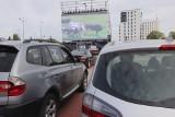 Pierwszy seans w kinie samochodowym na Widzewie. Jak wygląda kino samochodowe? Kino samochodowe w Łodzi: bilety i filmy [ZDJĘCIA]