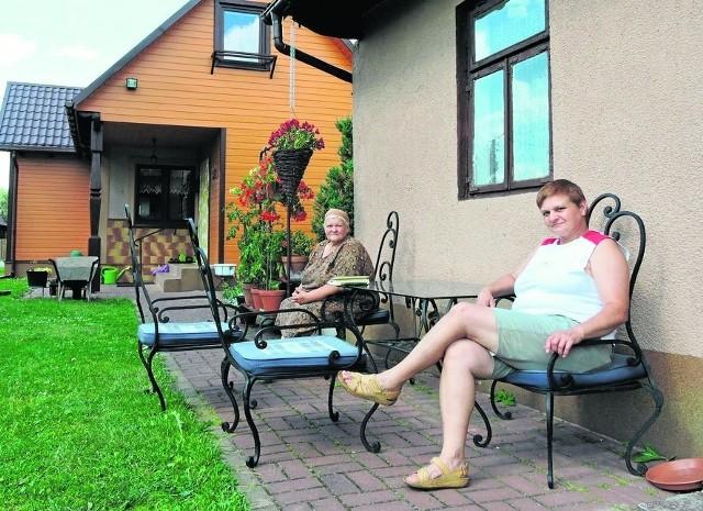 Siostra króla disco polo Wioletta i mama Teresa siedzą na podarowanych przez Zenka krzesłach przed letnią kuchnią, w której Zenek przyszedł na świat.