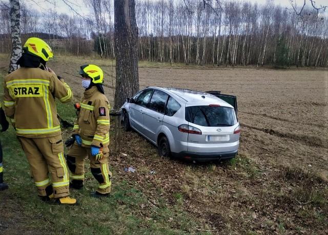 Dzisiaj (13.04.2021 r.) w Tuchomku na drodze krajowej nr 20 doszło do wypadku. Wstępnie ustalono, że kierujący fordem w trakcie wyprzedzania doprowadził do bocznego zderzenia z oplem. Kierowca forda stracił panowanie nad pojazdem i uderzył w drzewo. Dwie osoby zostały ranne.