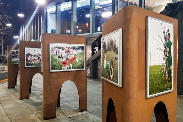 Na poznańskiej wystawie można zobaczyć m.in. zdjęcia piłkarzy Warty Poznań z sekcji amp futbolu