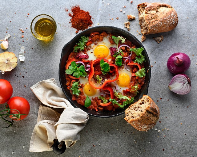 Szakszuka to propozycja na pożywne, jesienne śniadanie. Zobaczcie przepis!