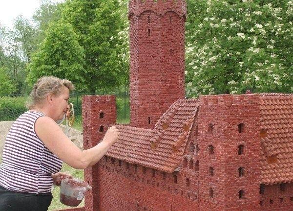 Bernadetta Firen podczas budowy miniatury  zamku krzyżackiego w Radzyniu Chełmińskim