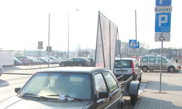 Na niektórych parkingach stoją non-stop samochody z banerami reklamowymi