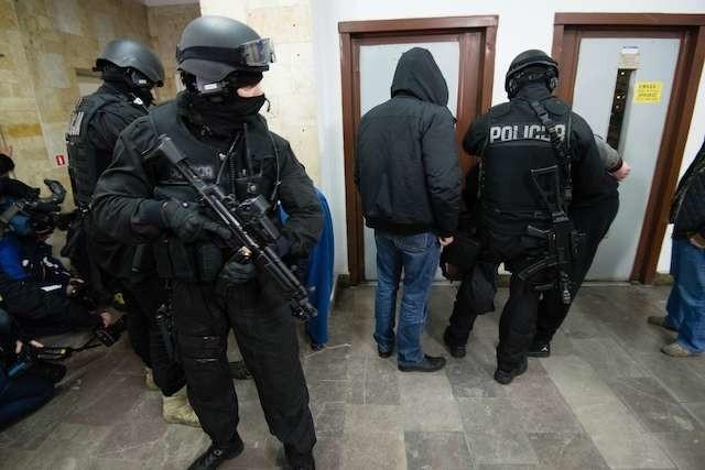 Doprowadzenie nożownika i jego kolegów do komendy miejskiej policjimorderca z Gagarina