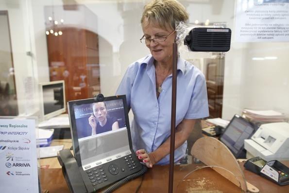 To pierwszy taki elektroniczny tłumacz w kasach kolejowych naszego regionu.