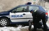 Mógł zamarznąć na śmierć. Policjanci znaleźli pijanego mężczyznę na poboczu.