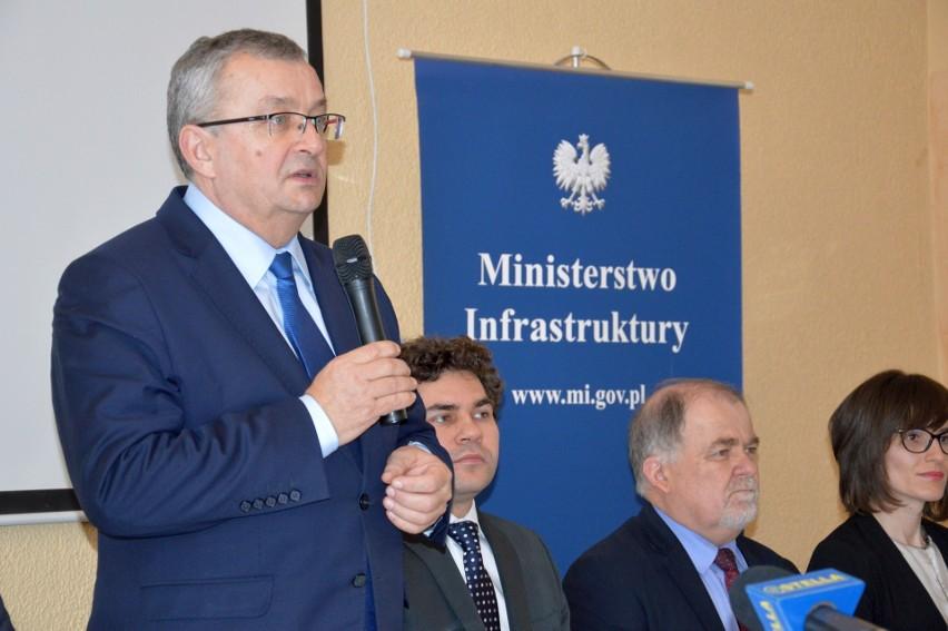 Minister infrastruktury Andrzej Adamczyk na spotkaniu z samorządowcami z powiatu stalowowolskiego w hotelu Hutnik