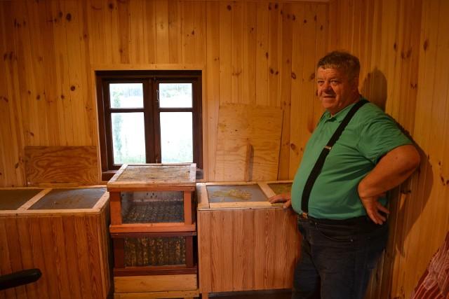 Pan Andrzej zbudował domek inhalacyjny.  Korzystać z niego może każdy, niezależnie od wieku.