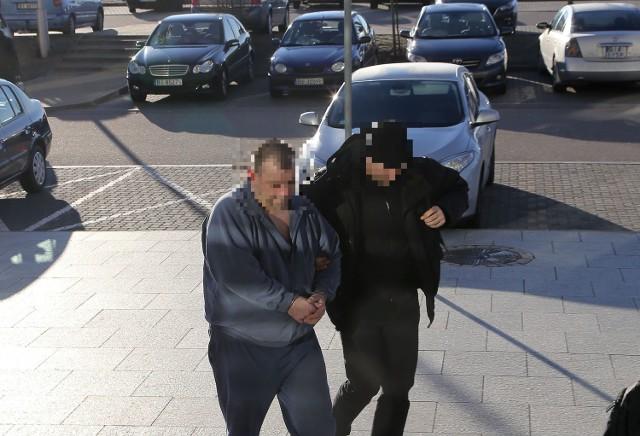 37-latek podejrzany o zabójstwo ojca został dziś rano doprowadzony do prokuratury.