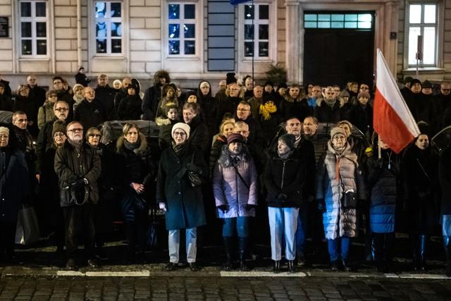 """W czwartek wieczorem przed budynkami Sądu Rejonowego i Sądu Okręgowego Komitet Obrony Demokracji zorganizował protest przeciwko tzw. """"ustawie kagańcowej""""."""