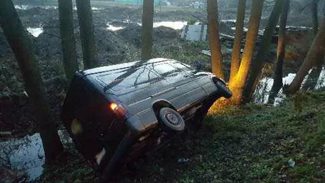 Wszystko wydarzyło się w poniedziałek, 20 listopada, na ul. Warszawskiej w Gorzowie. Matka musiała wyrzucić z drogi wózek z maleńkim dzieckiem. Spadł z wysokiej skarpy. W ten sposób ratowała je przed potrąceniem przez kierującego rozpędzonym busem. Samochód wypadł z drogi i przewrócił się w rowie.Kobieta szła lewą stroną jezdni ul. Warszawskiej. Szła w kierunku Chechowa. Na tym odcinku ulicy nie ma chodnika, ani pobocza. Kobieta pchała wózek. Z naprzeciwka jechał bus. Samochód zbliżał się bardzo szybko. Kobieta z wózkiem zauważyła rozpędzonego busa firmy kurierskiej.Matka wiedziała, że za chwilę auto potrąci ją i dziecko. Liczyły się sekundy. – Kobieta wyrzuciła z drogi wózek z małym dzieckiem – mówi nadkom. Marek Waraksa, naczelnik gorzowskiej drogówki. Przerzuciła wózek przez betonowy murek na poboczu.Kierowca busa dostrzegł kobietę po lewej stronie jezdni. Wpadł w poślizg próbując wyhamować rozpędzony samochód. Po chwili bus wypadł z drogi i przewrócił się spadając ze skarpy. Na miejsce przyjechała gorzowska policja i ekipa karetki pogotowia ratunkowego. Medycy zajęli się maleńkim dzieckiem. Zostało ono zabrane do karetki. Najprawdopodobniej nic poważnego dziecku się nie stało. Sytuacja była jednak bardzo niebezpieczna i mogła zakończyć się tragicznie.Przeczytaj również: Akcje antyterrorystów w Zielonej Górze. Kogo zatrzymali?Zobacz też: Pościg i zatrzymanie bandytów okradających ciężarówki. Mieli przy sobie broń!