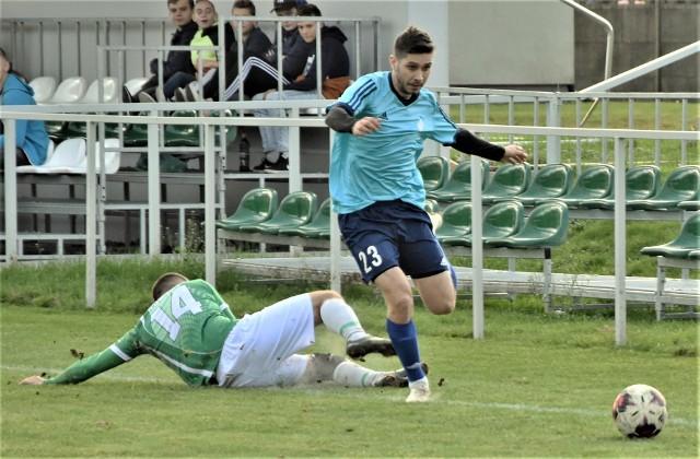IV liga małopolska, grupa zachodnia: LKS Rajsko - Węgrzcanka Węgrzce Wielkie 3:0. Na zdjęciu: Bartłomiej Kwieciński (Węgrzcanka, z piłką) minął Grzegorza Bąka (Rajsko).