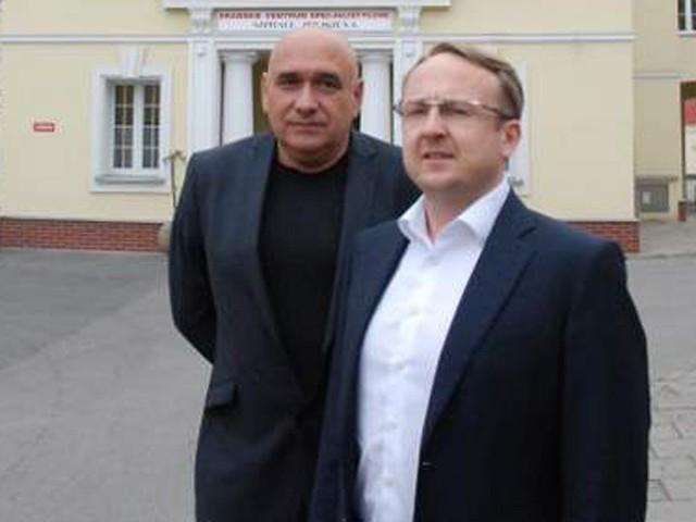 Dyrektor Adam Bielicki i wiceprezes Zarządu Spółki Szpitale Polskie Marcin Łoziński przed siedzibą Drawskiego Centrum Specjalistycznego.