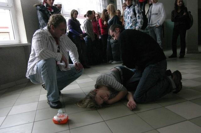 """Uczniowie Zespólu Szkól Budowlanych i Ogólnoksztalcących nr 2w Slupsku, czyli popularnej """"budowlanki"""" zorganizowali lekcje pokazową udzielania pierwszej pomocy."""