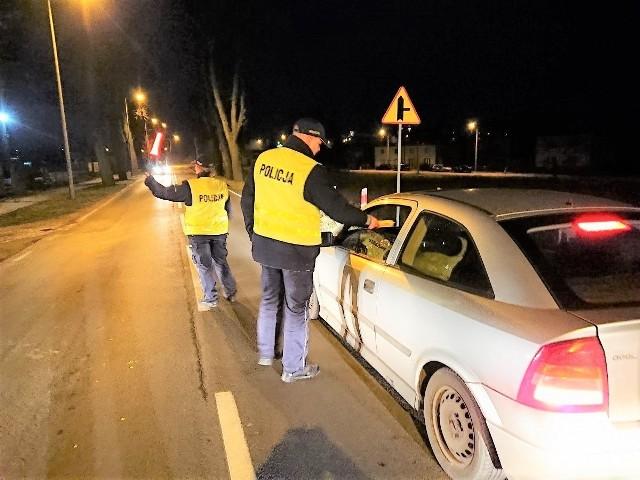 Wezwani na miejsce funkcjonariusze sprawdzili trzeźwość kierujących. Wszyscy mieli od ponad dwóch do trzech promili alkoholu w organizmie