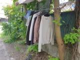 Wieszak społeczny z odzieżą dla ubogich na ul. Lelewela na Górnej