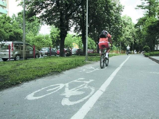 Wzdłuż al. Piłsudskiego ciągnie się droga rowerowa wydzielona na chodniku. Po oznakowanym pasie mogą poruszać się jedynie rowerzyści.