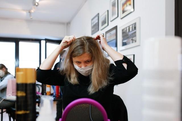"""Włosy mogą bolećTrichodynia to nieprzyjemna dolegliwość, określana przez specjalistów jako ból włosów bądź cebulek włosów. Ból skóry głowy i włosów może pojawiać się przy dotyku czy czesaniu, ale może być także efektem urazu czy stanów zapalnych skóry. Często ma także podłoże psychiczne. Problem """"bolących włosów"""", czyli trichodynia, może mieć wiele przyczyn. Warto poznać czynniki, sprzyjające odczuwaniu bólu skóry głowy i włosów oraz sposoby radzenia sobie z tą przypadłością. - mówi Anna Mackojć, trycholog z Instytutu Trychologii.Czytaj dalej na kolejnym slajdzie."""