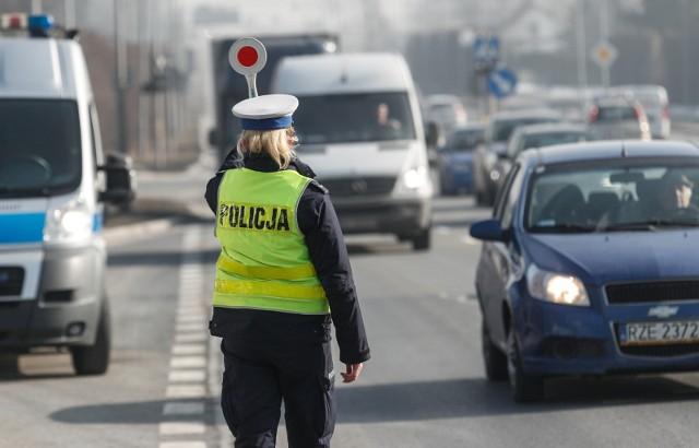 Pijany kierowca autobusu szkolnego koło Tomaszowa Mazowieckiego. Wiózł do szkoły ponad 30 małych dzieci!