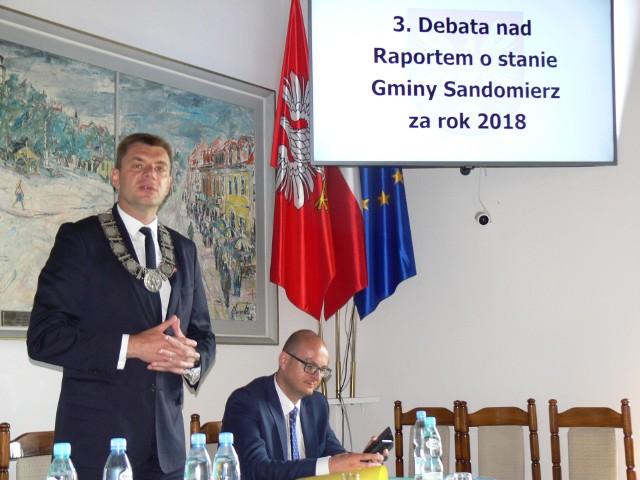 - Żyjemy na kredyt, zaciągamy zobowiązania, żeby się rozwijać - mówił burmistrz Marzec.