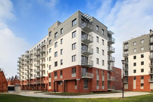 W Łodzi powstaje rekordowo dużo mieszkań. Tylko na Polesiu pięciu deweloperów buduje obecnie 850 lokali. We wtorek otwarto Osiedle Łąkowa, gdzie jest ich 290. Podaż nowych mieszkań w Łodzi przez lata była dużo niższa niż w innych polskich metropoliach. Teraz to się zmienia. CZYTAJ