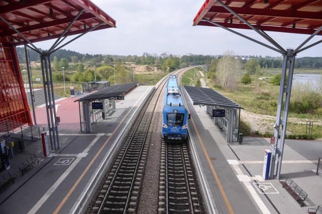 PKM wyjaśnia, że w sprawie przewozów pasażerskich, biletów, rozkładów, skarg itp., należy kontaktować się z przewoźnikiem, a jest ich dwóch: PKP SKM w Trójmieście Sp. z o.o. oraz POLREGIO