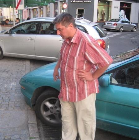 - Przez to, że krawężnik jest za wysoki uszkodziłem sobie auto - mówi Waldemar Oleszewski.