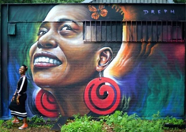 """Neequay Dsane, znany pod pseudonimem """"Dreph"""", ma 43 lata i pochodzi z Ghany. Artysta realizuje niezwykły projekt, którego misją jest ukazanie piękna i siły kobiet. Murale, które tworzy na ulicach Londynu, to portrety kobiet pochodzenia afrykańskiego i karaibskiego. Dreph maluje je, by wyzwolić w kobietach pewność siebie, zburzoną w wyniku nieprzyjemnych sytuacji, czy seksualnych napaści, których  stały się ofiarami. Swoją twórczością chce pokazać wszystkim paniom tkwiącą w nich siłę."""