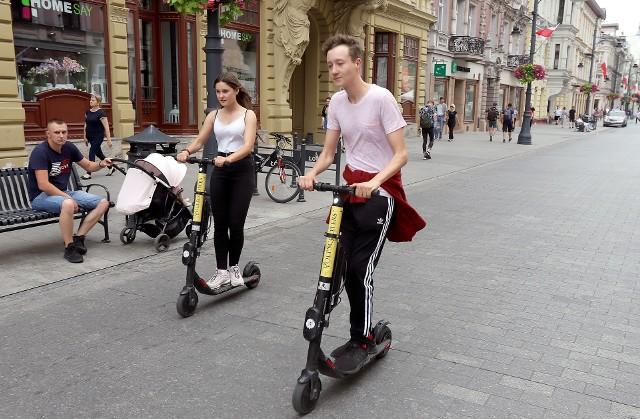 20 maja wchodzą w życie nowe  przepisy dotyczące hulajnóg elektrycznych. Do tej pory prawo o ruchu drogowym nie uwzględniało tych uczestników ruchu. Teraz dokładnie zapisano, jak szybko mogą poruszać się hulajnogi, jaka jest dozwolona prędkość i jak je parkować. Nie daj się zaskoczyć policji na hulajnodze! Sprawdź w galerii, jakie przepisy obowiązywać będą użytkowników hulajnóg!CZYTAJ DALEJ >>>...