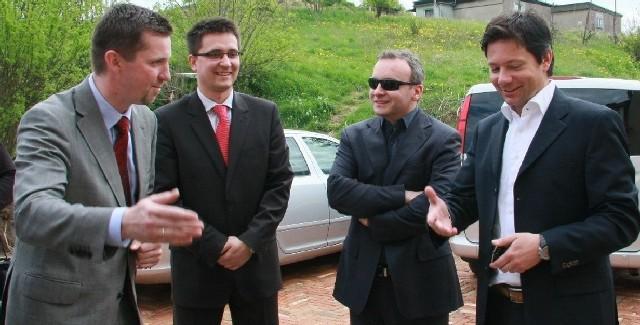 Podczas wizyty w Prusimu Lucas Ackermann (pierwszy z prawej) zachwalał położenie skansenu. Honory gospodarza pełnił Olaf Makiewicz (pierwszy z lewej).