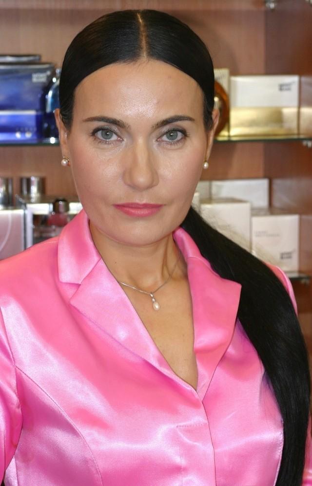 – Gładka i zadbana cera, naturalny makijaż i odpowiednio dobrany, elegancki kostium - tak idealną hostessę wyobraża sobie Barbara Słapek, właścicielka sieci perfumerii For You, jurorka castingu na hostessy i hostmenów w Targach Kielce.
