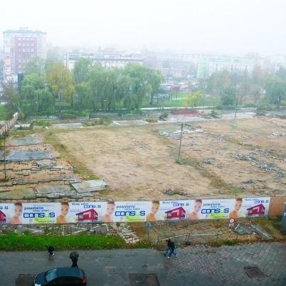 Plac Inwalidów stoi pusty niemal od roku. Miał być szybko sprzedany z ogromne pieniądze. Na inwestora czeka do dziś. A przed nim jeszcze kolejnych kilka miesięcy.