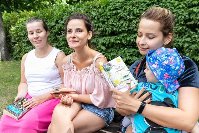 - Taka akcja to świetny pomysł - chwaliła Justyna Gawrońska, (z prawe) Aneta Gawrońska i Dominika Okurowska. One dostały po książce na wakacje od pracowników Książnicy Podlaskiej.