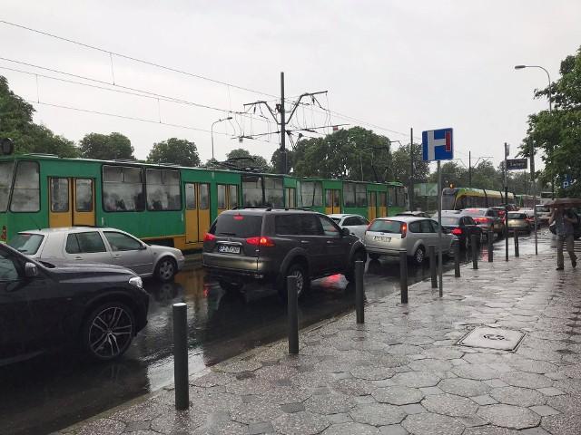 Poznań sparaliżowany przez ulewę. Stoją samochody, tramwaje i autobusy
