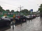 Ulewa w Poznaniu. Miasto zalane wodą. Stoją tramwaje i autobusy