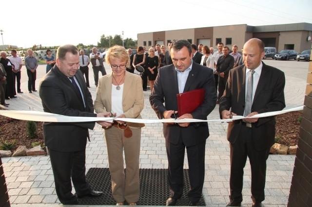 Podczas otwarcia nowej siedziby HERCU Pneumatic wstęgę przecięli (od lewej) Marek Szczepanik, Beata Oczkowicz, Piotr Żołądek oraz właściciel firmy Artur Duda. Fot. Aleksander Piekarski
