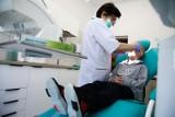 Darmowa opieka stomatologiczna dla dzieci w Poznaniu. Kto za darmo może pójść do dentysty? Jakie zabiegi dla dzieci u denstysty będą darmowe