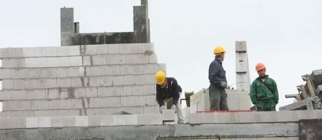 Budowa domu wielorodzinnegoDeweloperzy budują coraz więcej. Tylko w ubiegłym roku rozpoczęła się budowa blisko 160 tys. mieszkań.