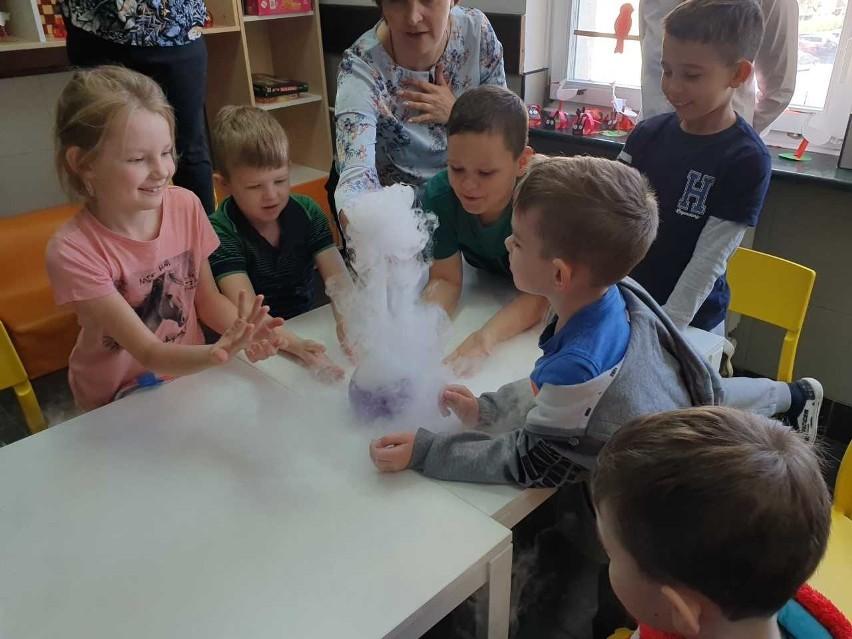 """Projekt """"Podlaskie Ekoludki"""" to nie tylko nauka, ale też dobra zabawa. Uczniowie mają okazję sami przeprowadzać bardzo efektowne doświadczenia m.in. z wodą"""
