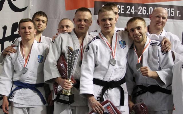 Srebrna drużyna judoków Żaka Kielce na podium mi-strzostw Polski.