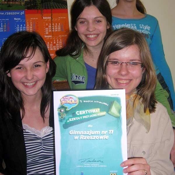 Dumne z wyróznienia dla szkoły uczennice (siedzą od lewej:: Klaudia Gwizdała, Ewelina Wylaź i Aleksandra Pyziak.