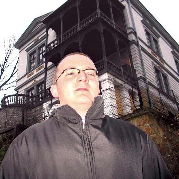 W tym domu, Willi Zalewskich, zamieszkał główny bohater drugiej powieści Bartłomieja Rychtera.