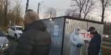 Andrychów. Youtuberzy-antyszczepionkowcy opluci przez czekającego w kolejce do punktu badań na koronawirusa