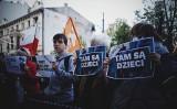 """""""Stan wyjątkowo nieludzki"""". Akcja solidarnościowa z uchodźcami organizowana przez KOD w centrum Łodzi"""