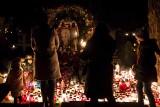 Warszawa: Powązki nocą [ZDJĘCIA] Tak we Wszystkich Świętych 2019 najbardziej znany cmentarz w stolicy wygląda po zmroku