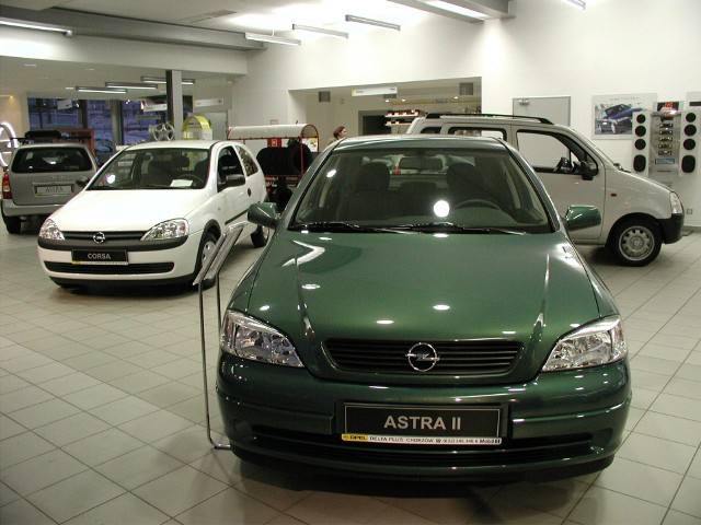 Rok 2002, salon samochodowy opel w Chorzowie i astra II