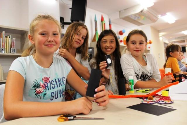 Michasia Piątyszek, Ayla Przymęska oraz Iza i Julka Stankiewicz uwielbiają zajęcia plastyczne.