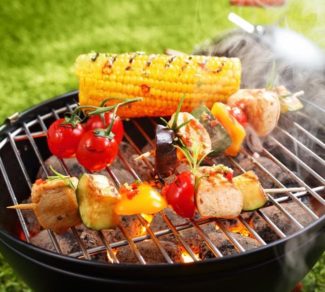 Smakowite dania z grilla zawdzięczają swoje walory działaniu rozgrzanych węgli i dymu. Problem w tym, że w wysokich temperaturach w jedzeniu tworzą się rakotwórcze związki, a dym jest ich nośnikiem niezależnie od tego, jakie jest jego źródło. To wcale nie znaczy, że mamy z grilla rezygnować czy godzić się na jedzenie szkodliwych potraw. Wystarczy zastosować sprawdzone patenty, by przygotować je w lepszy sposób! Sprawdź 10 trików, które pozwolą przygotować zdrowsze dania z rusztu! Zobacz kolejne slajdy, przesuwając zdjęcia w prawo, naciśnij strzałkę lub przycisk NASTĘPNE.