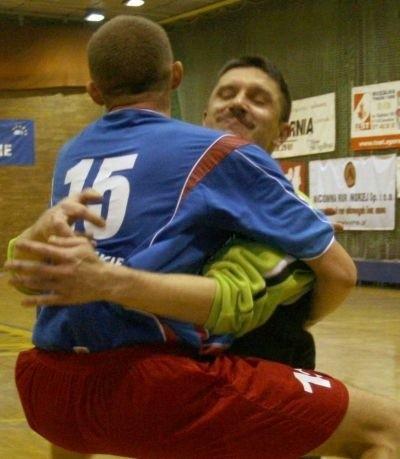 Bramkarz Sławomir Donosewicz cieszy się z Michałem Piechem.
